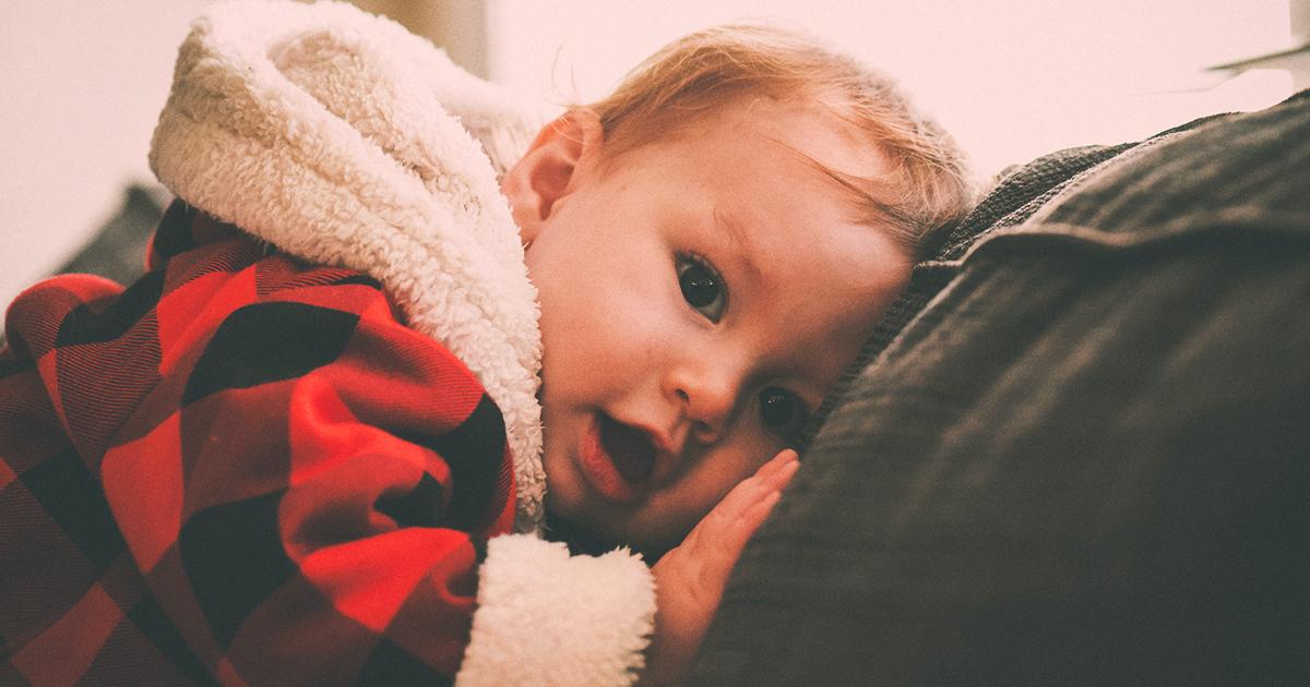 Image L'enfant tout-petit en deuil de son frère